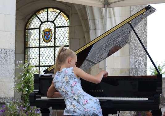 La pianiste estonienne Fiona Babkina, 11 ans, jeudi 20 juillet dans la cour royale du château d'Amboise.