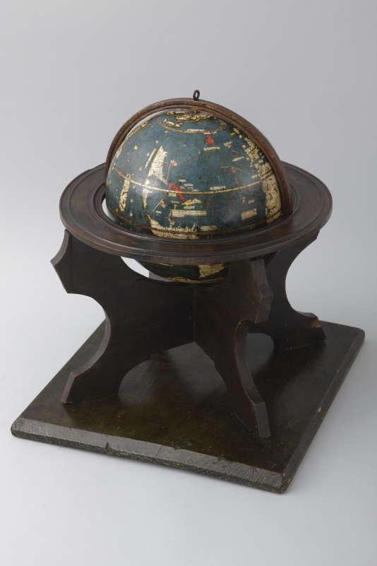 Sur cette sphère de bois de roseau enduite de kaolin, puis recouverte de bandes collées et peintes, le nouveau continent n'est encore que suggéré.