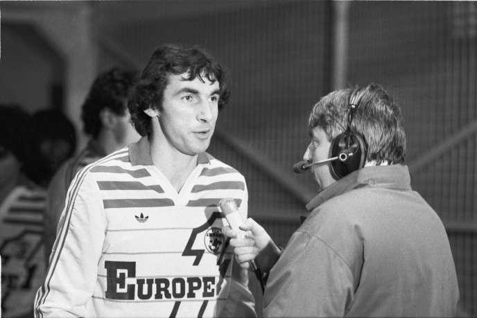 L'ancien joueur Maxime Bossis au micro de Charles Biétry, le 9 novembre 1984, à Nantes.