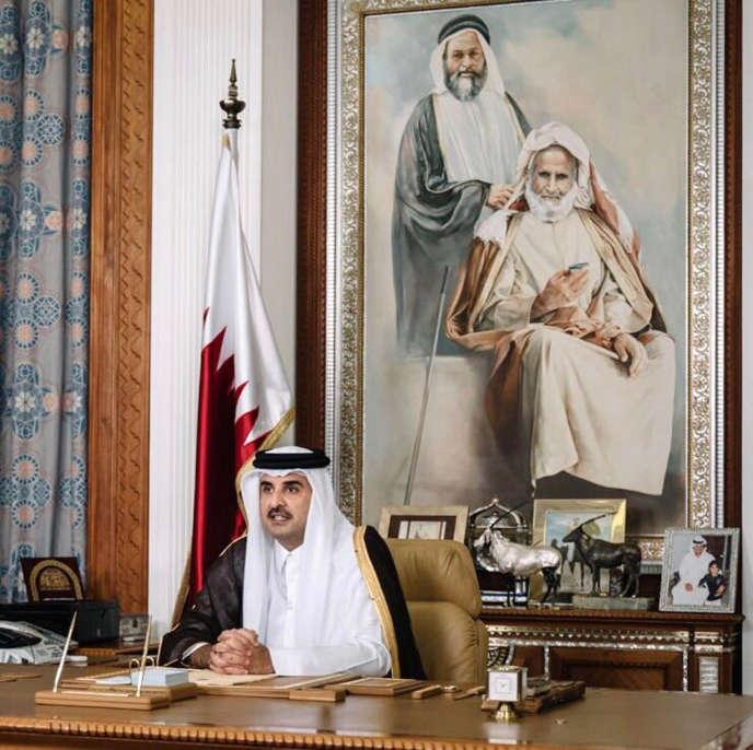 L'émir du Qatar, le cheikh Tamim Ben Hamad Al-Thani, lors de sa première allocution télévisée depuis le début de la crise diplomatique avec trois des pays du Golfe (Arabie saoudite, Emirats arabes unis, Bahreïn) et l'Egypte, à Doha, le 21 juillet 2017.