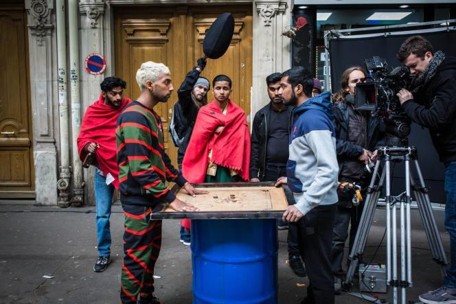 Lawrence (à gauche) et son équipe sur le tournage de son court-métrage