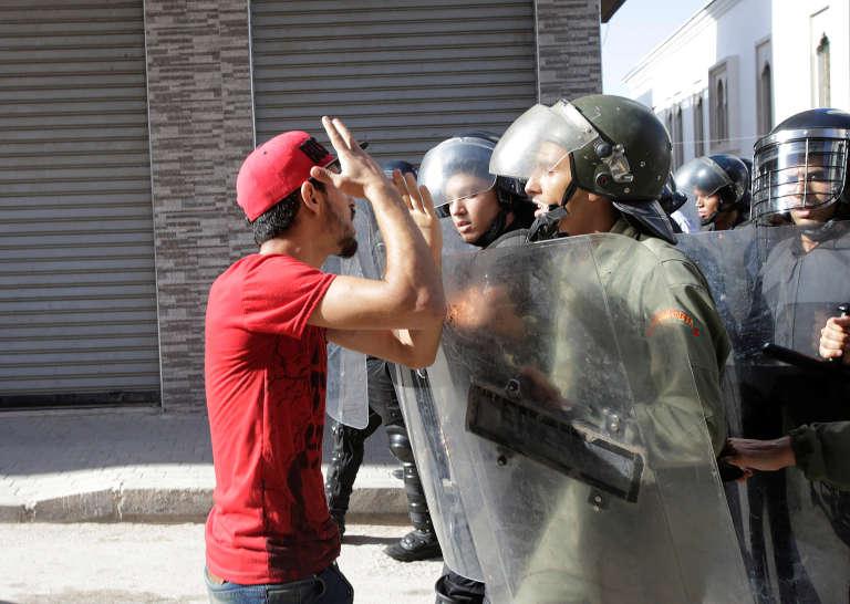 Altercation avec la police lors d'une manifestation interdite à Al-Hoceïma au Maroc, le 20 juillet.