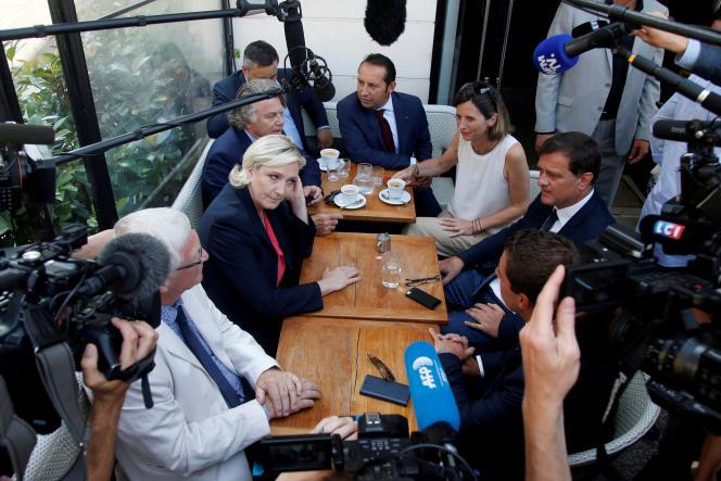 Marine Le Pen et les députés du Front national le 21 juin dans un café parisien, proche de l'Assemblée nationale.