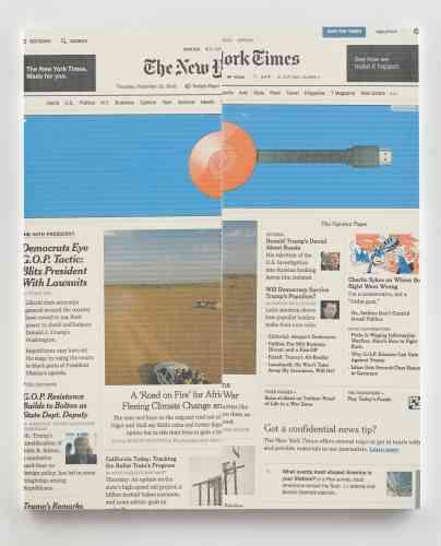 Pour l'événement, Wade Guyton offre une nouvelle peinture de la série «The New York Times Paintings» qui représente la «une»du journal datée du 15 décembre 2016. Son principal article aborde la question de la migration en Afrique dûe aux changements climatiques. Wade Guyton y questionne la représentation de l'information par les médias. Il souligne également le contraste saisissant entre la brutalité de certains articles et la légèreté de la publicité. Dans l'angle supérieur droit, la connexion «nytimes.com» de l'artiste, «wguyton1», figure comme une signature picturale.