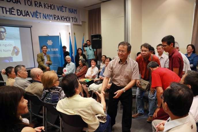 Le dissident franco-vietnamien Pham Minh Hoang (au centre), au Kremlin-Bicêtre (Val-de-Marne), le 25 juin.