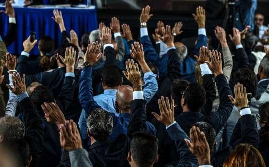 Les 33 juges, nommés par l'assemblée nationale contrôlée par l'opposition du Venezuela, jurent lors d'une cérémonie sur une place de Caracas le 21 juillet 2017.