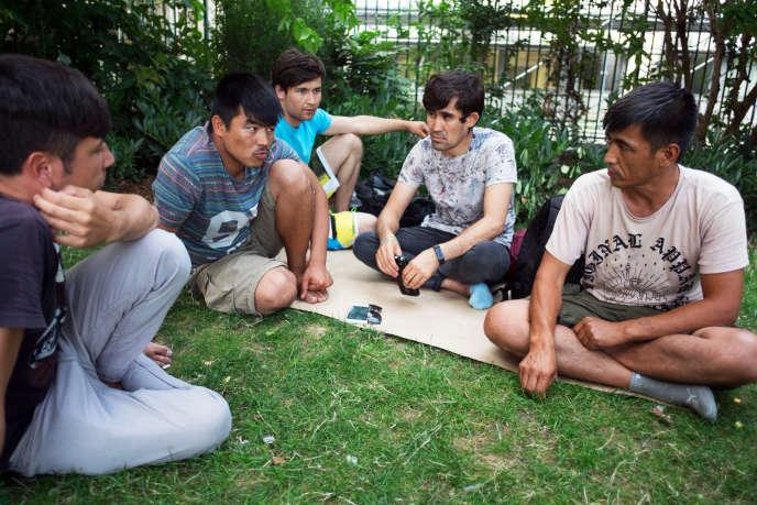 Des réfugiés afghans auSquare Villemin, à Paris, le 18 juillet.