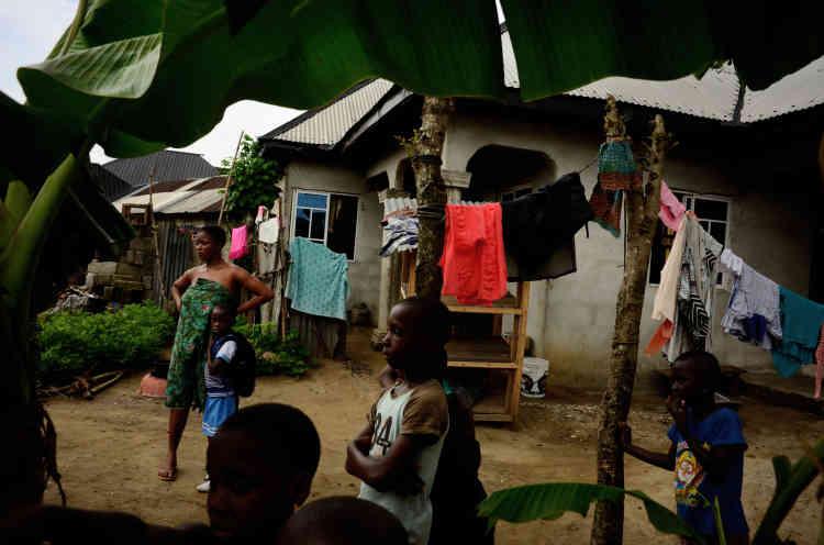 A Bodo, la moitié de la population vit avec moins d'un dollar par jour, même si 15600habitants disposent d'un compte bancaire, certes vide, et d'une carte de retrait. Ces«privilégiés» ont perçu une compensation de près de 1800euros de la part de Shell. Avec cet argent, beaucoup ont démarré la construction de maisons en briques qui ont transformé le paysage.