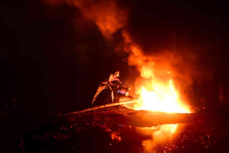 Pour les innombrables petits «pétroliers» qui ont installé des raffineries artisanales au milieu des champs, la journée démarre à la tombée de la nuit.