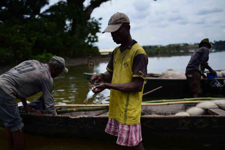Une trentaine de pêcheurs ont échoué sur ce bout de terre il y a cinq ans, après avoir été expulsés du Cameroun où ils profitaient illégalement d'une mer riche en poissons.«L'eau de pluie qu'on boit, ce qu'on respire, ce qu'on pêche, ce qu'on cultive, tout est toxique», désespèrent ces miséreux qui sortent de l'eau le corps et les vêtements souillés de pétrole.