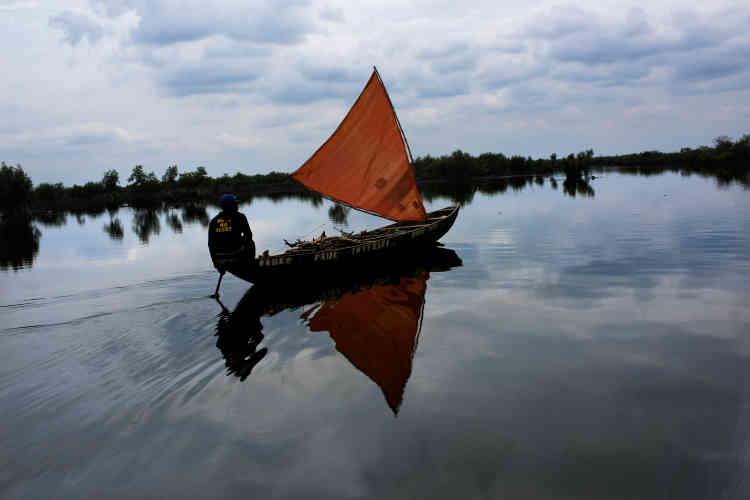A deux heures de pirogue de Port Harcourt, Bodo, une ville de près de 80000habitants, a subi deux marées noires en 2008 et 2009. Un viel oléoduc mal entretenu par la mutinationale Shell, principal producteur de pétrole au Nigeria, a fui pendant trois mois.