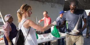 Distribution de nourriture par l'association caritative La Chorba, à la porte de la Chapelle (Paris), le 18 juillet.