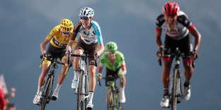 Derrière Jhon Atapuma (à droite), Romain Bardet (au centre) devance Chris Froome (à gauche) et Rigoberto Uran à l'arrivée de la 18e étape du Tour, le 20 juillet.BENOIT TESSIER/ REUTERS