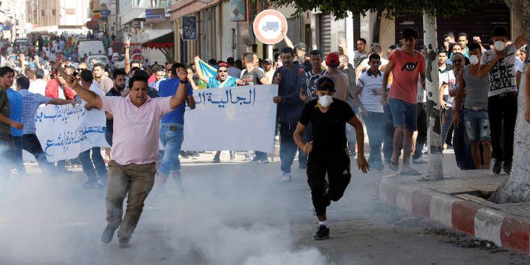 La police envoie du gaz lacrymogène sur les manifestants lors d'une marche contre la corruption à Al-Hoceima, au Maroc, le 20juillet 2017.