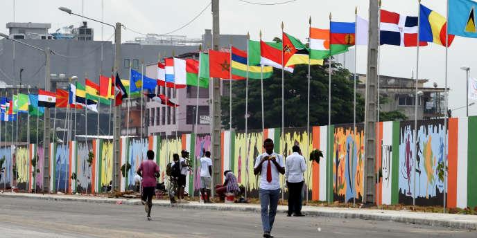 Passants devant l'Institiut national de la jeunesse et des sports à Abidjan, le 17 juillet 2017.