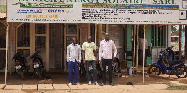 Marcellon Drabo et André Noël Béré, gérants de l'entrepriseAES - Africa Energy Solaire à Ouagadougou (Burkina Faso).
