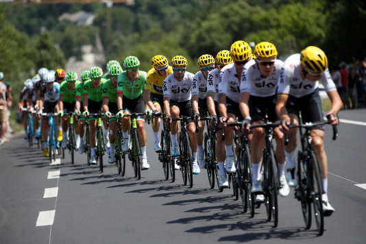 En tête du peloton, l'équipe Sky protège son leader, Christopher Froome, lors de la 18e étape du Tour de France, le 20 juillet. REUTERS/Christian Hartmann