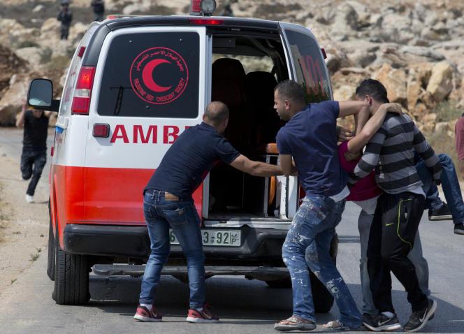 Evacuation d'un manifestant palestinien blessé, à Khobar, en Cisjordanie, le 22 juillet.