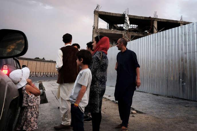 Un groupe d'étudiants et de militants de la société civile près du lieu de l'attentat du 31 mai, dans le quartier des ambassades, à Kaboul, le 25 juin.