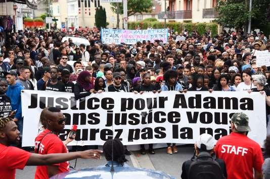 Aux cris de «pas de justice, pas de paix», un millier de personnes ont défilé à Beaumont-sur-Oise en mémoire d'Adama Traoré, le 22 juillet.