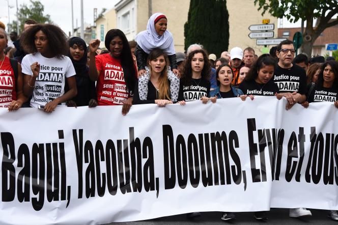 Lors d'une marche en mémoire d'Adama Traoré à Beaumont-sur-Oise le 22 juillet 2017.