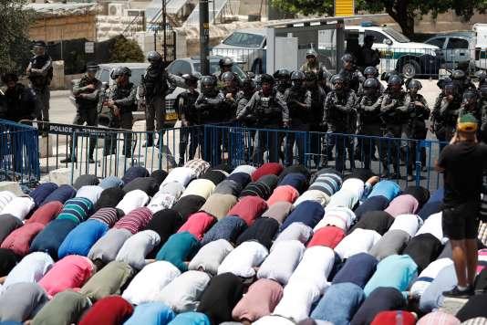 Les forces de l'ordre israéliennes empêchent les hommes âges de moins de 50 ans d'accéder à la vieille ville de Jérusalem, le 21 juillet.