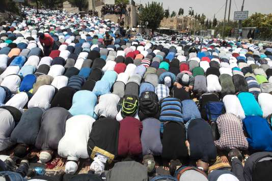 Des fidèles prient dans les rues à l'extérieur de l'enceinte de la vieille ville de Jérusalem, le 21 juillet.