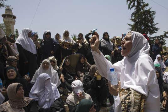 Des femmes palestiniennes crient des slogans devant la porte de Damas, à Jérusalem, le 21 juillet.
