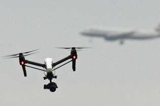 Un drone volant dans Hanworth Park, à proximité de l'aéroport de Heathrow à Londres, en février.