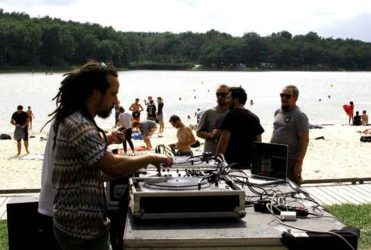 Set de DJ sur la plage de l'étang de la Jemaye.