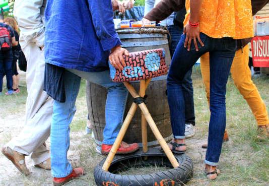 Des cendriers dans des pneus ont été spécialement fabriqués pour le festival.