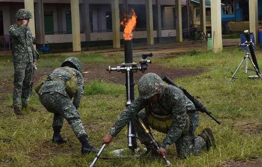 Tir de mortier par des commandos philippins contre des positions des rebelles islamistes, à Marawi sur l'île de Mindanao, le 22 juillet.