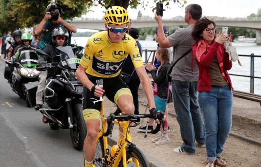 Le maillot jaune Chris Froome, coupe de champagne à la main, après le départ de la 21e et dernière étape du Tour de France.