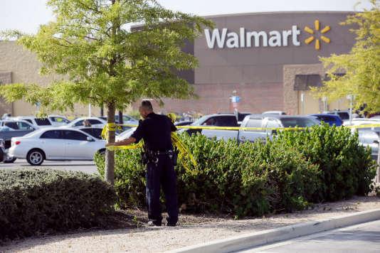 Un officier de police sur le parking où était garé le camion dans lequel les migrants ont été retrouvés.