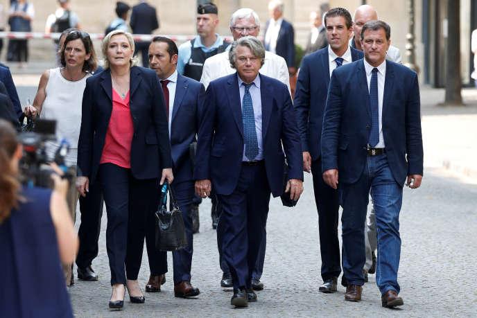 Les nouveaux députés Front national devant l'Assemblée nationale, le 21 juin 2017.