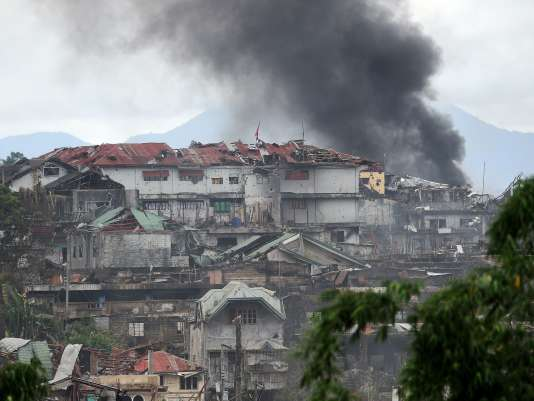 Fumées après l'attaque de positions islamistes par l'armée de l'air philippine, à Marawi, le 22 juillet.