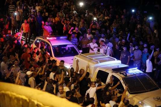 Des manifestants palestiniens tentent de bloquer des véhicules de police israéliens, près de la Porte des Lions, à Jérusalem, le 22 juillet.