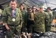 Le président philippin Rodrigo Duterte examinent des armes saisies aux rebelles islamistes, à Marawi, le 20 juillet.