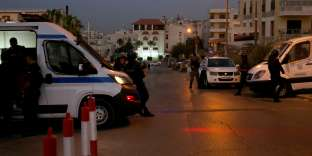 Jordanian security forces stand guard outside the Israeli embassy in the residential Rabiyeh neighbourhood of the capital Amman following an 'incident' on July 23, 2017. A Jordanian was killed and an Israeli seriously wounded at the Jewish state's embassy in Amman, a security source said. Israel and Jordan are bound by a 1994 peace treaty, but tensions have been high in recent days after Israel security measures at a highly sensitive holy site in annexed east Jerusalem. / AFP / afp / khalil mazraawi