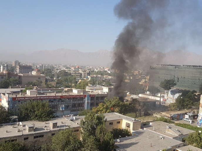 Une épaisse colonne de fumée noire s'est élevée dans le ciel après l'explosion de Kaboul, le 24 juillet.