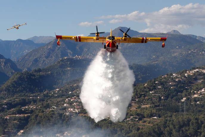 Deux Canadair ont été utilisés pour lutter contre le feu près de Carcassonne, à l'image decelui utilisé à Carros, en France, le 24juillet.