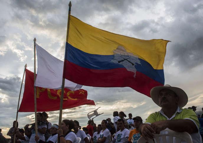 Des membres des FARC attendent l'annonce des accords de paix.