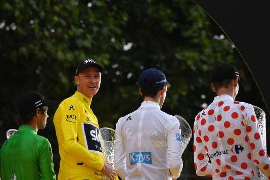 De gauche à droite: Michael Matthews, Christopher Froome, Simon Yates et Warren Barguil, sur le podium du Tour de France, à Paris, le 23juillet.Lionel BONAVENTURE/AFP