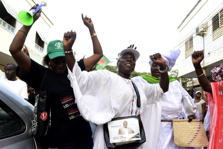Le 9 juillet 2017, des militants qui soutiennent la candidature aux législatives du 30 juillet du maire de Dakar, Khalifa Sall, organisent une parade pour leur champion, maintenu en prison depuis mars après des accusations de « détournement de deniers publics».