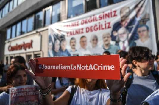 Des journalistes d'opposition manifestent depuis plusieurs mois en Turquie contre la répression à l'encontre des journalistes. Ici à Istanbul, le 24 juillet.