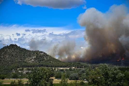 Des Canadair tentent de maîtriser un incendie sur la commune de Mirabeau (Vaucluse), le 24 juillet.