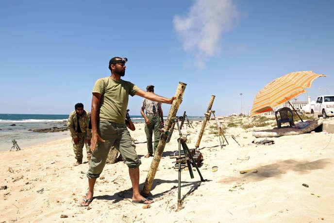 Des soldats sous l'autorité du maréchal Khalifa Haftar luttent pour la prise de Benghazi, en Libye, le 19juillet.