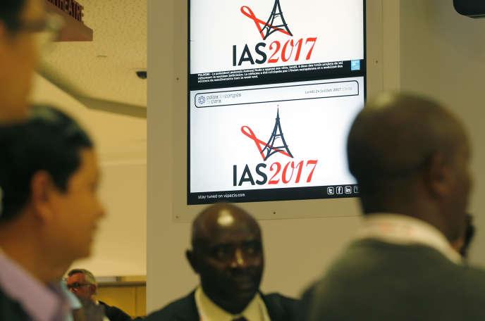 Des participants à la 9e Conférence internationale sur le sida (IAS), qui s'est tenue à Paris du 23 au 26 juillet
