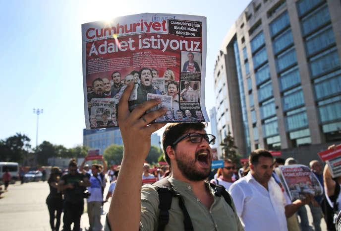 Manifestation en soutien des journalistes du journal turc «Cumhuriyet», près du palais de justice d'Istanbul, le 24 juillet 2017. Sur la une du quotidien est écrit : « Nous voulons la justice».