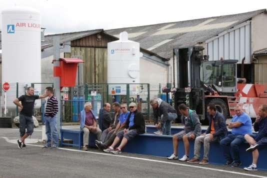 Des salariés de l'équipementier automobile devant leur usine à La Souterraine.